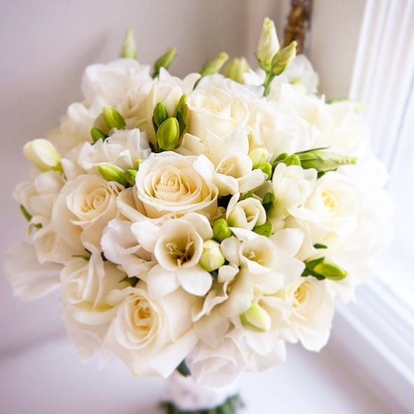 Белый свадебные букеты из роз и фрезий, букеты