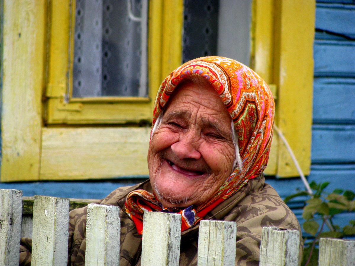 русские пожилые женщины в деревне рухнули
