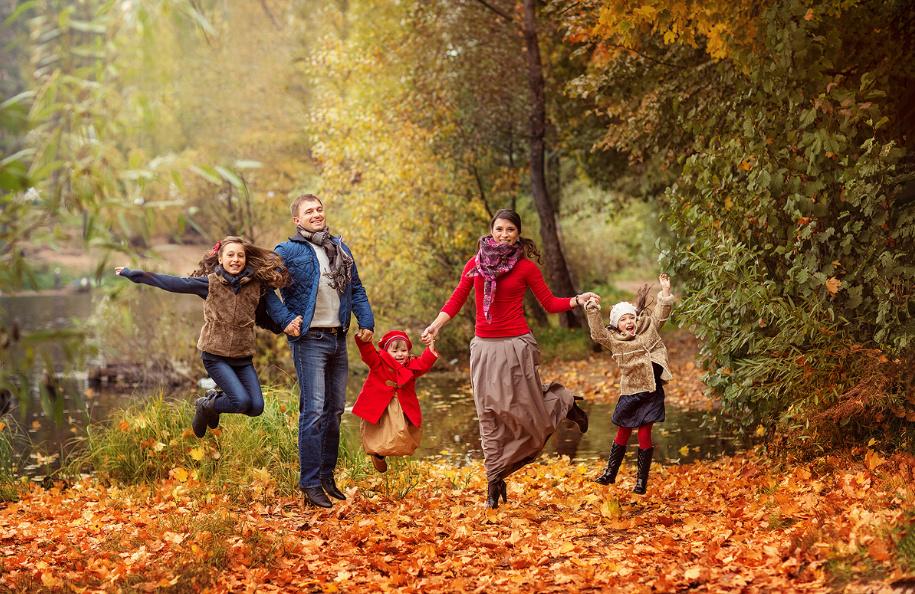 картинка прогулка семьи в осеннем парке друзьями, повод только