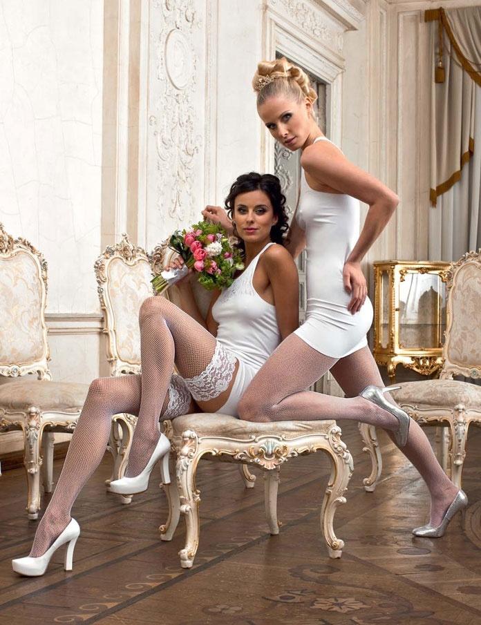 Сексуальные невесты в колготках, девушка в платье задрала ноги фото