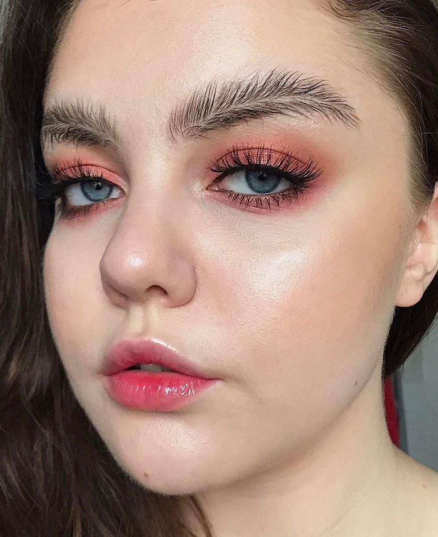 Такой макияж смотрится необычно и интересно, хотя для далекого от мира моды человека может показаться довольно странным.