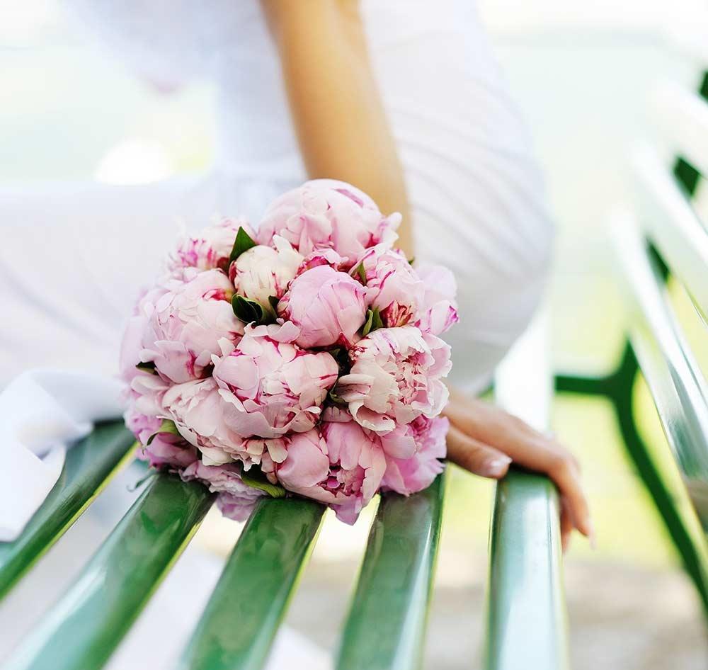 Букет на венчание из пионов, розы