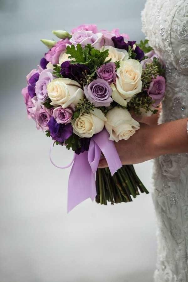 Букет невесты сиреневой розы,кустовой розы,фиолетовой эустомы,веточки зелени.
