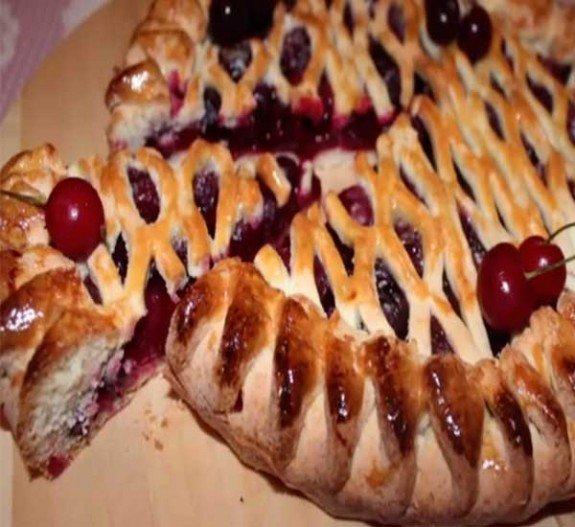 Пироги из дрожжевого теста с вишней