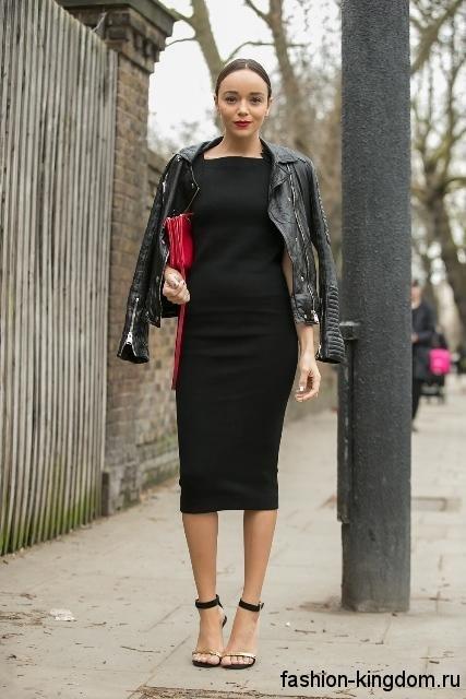 4b72afbc814878e ... Черное платье-футляр длиной ниже колен дополняется кожаной черной  курткой, красным клатчем и босоножками