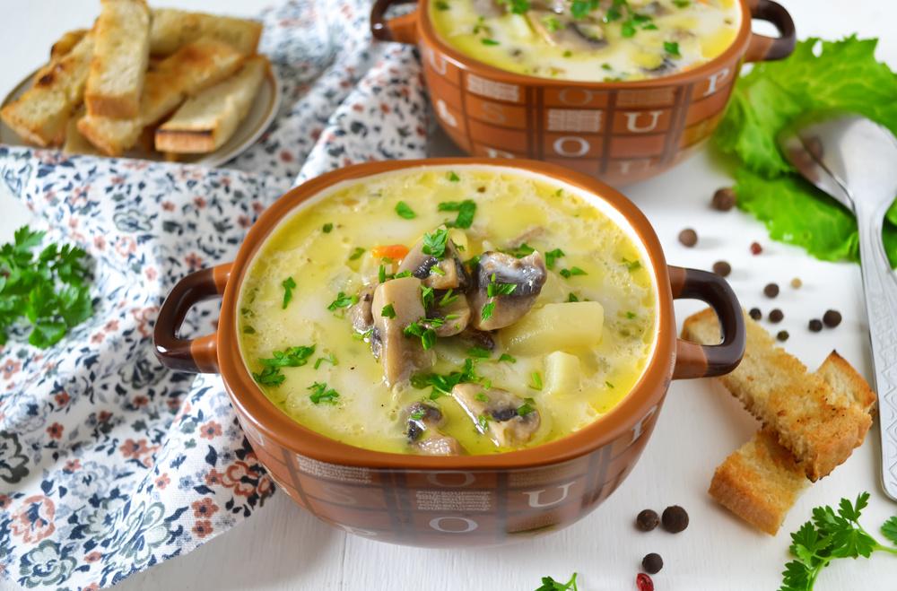 Я использовала свежие грибы, но также суп можно приготовить из замороженных или из сушеных грибов (сушеные грибы предварительно замочить в теплой воде на минут).
