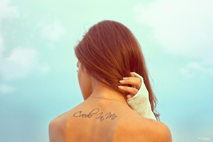 Руками бумаги, картинки девушки с надписями на спине