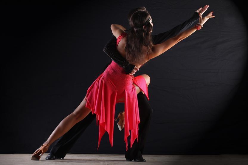 Девушки горячий танец красотки столе