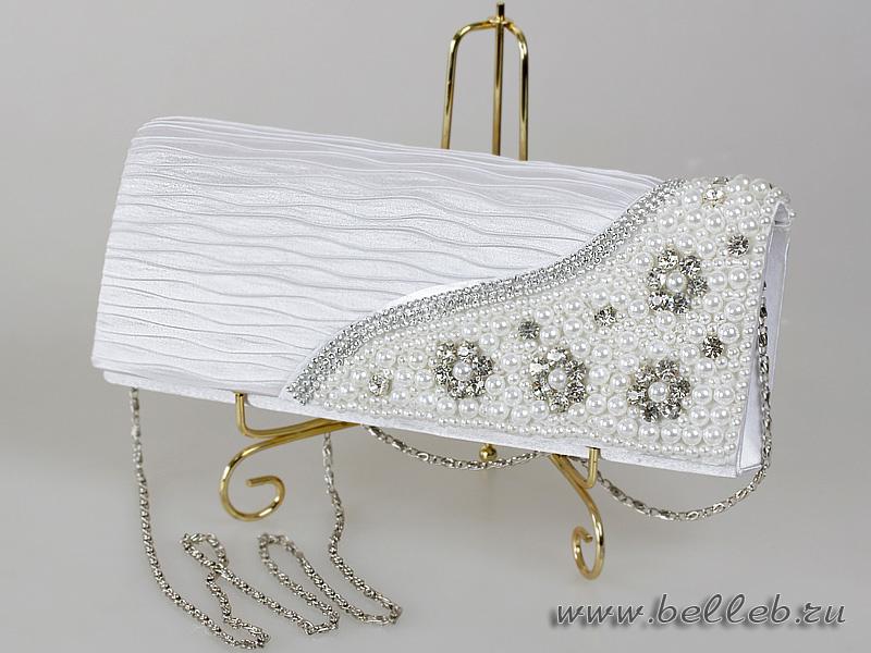 d7f5d4eced2e ... очень нарядная белая сумочка-клатч из жатого материала, с пришитыми  стразами и жемчугом