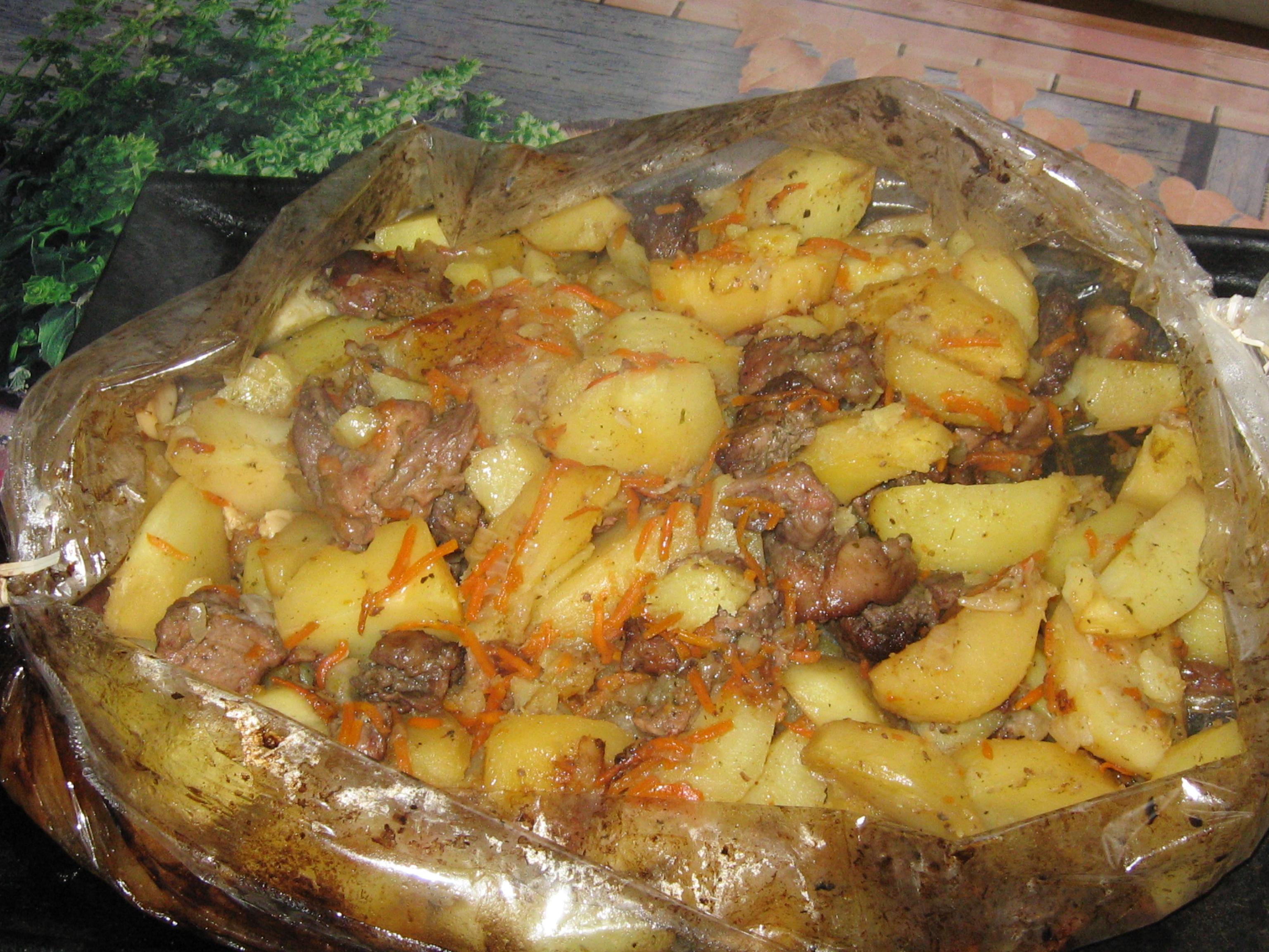 как запекать мясо в духовке с картошкой в рукаве