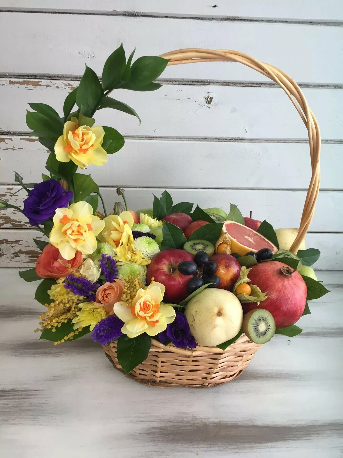 корзина с ягодами и цветами фото отвечу