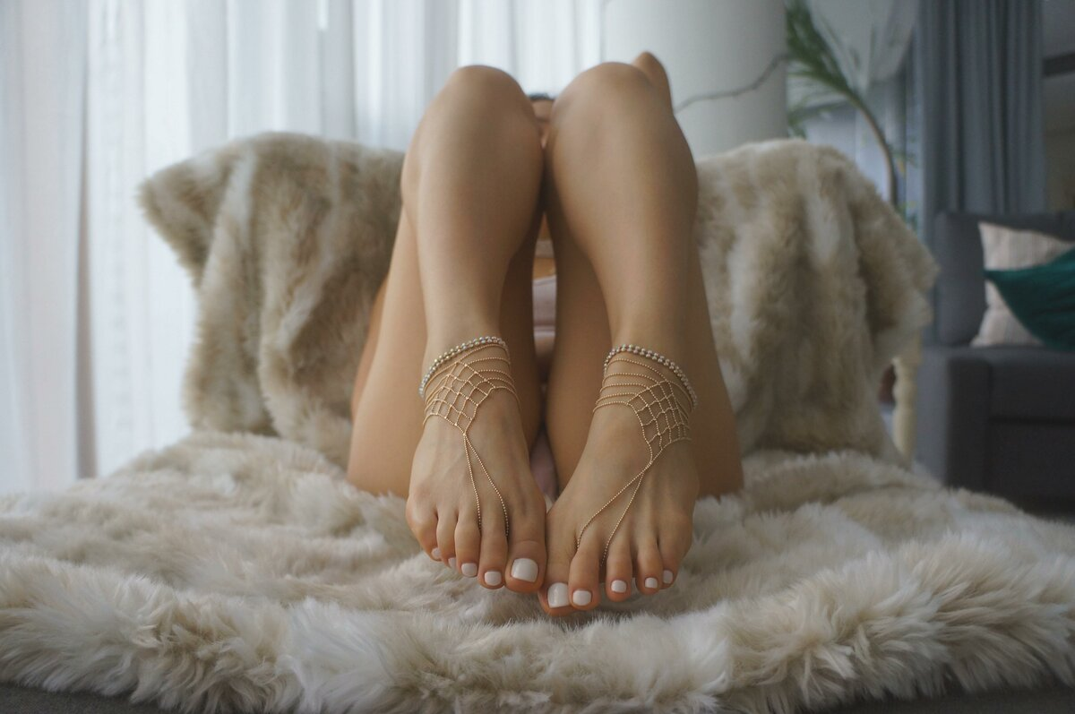 naked-women-and-feet