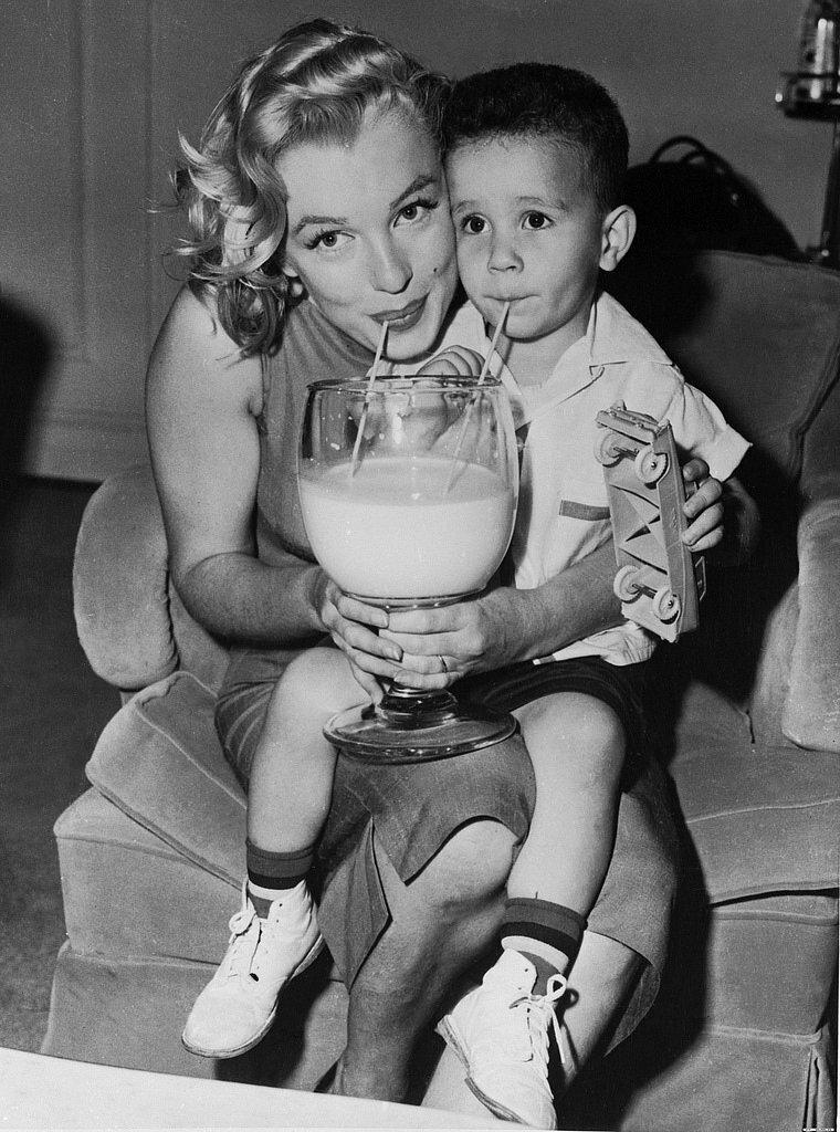 Монро на благотворительной акции в 1957 г.