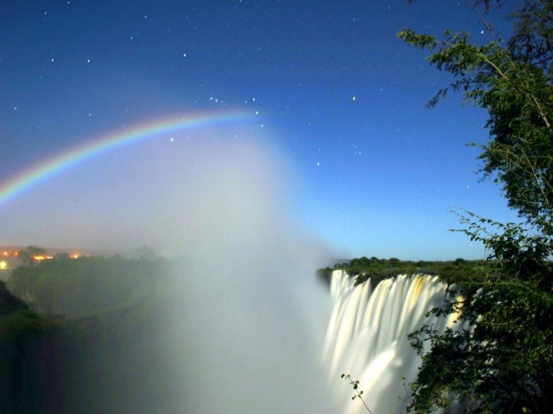 Лунная радуга над водопадом