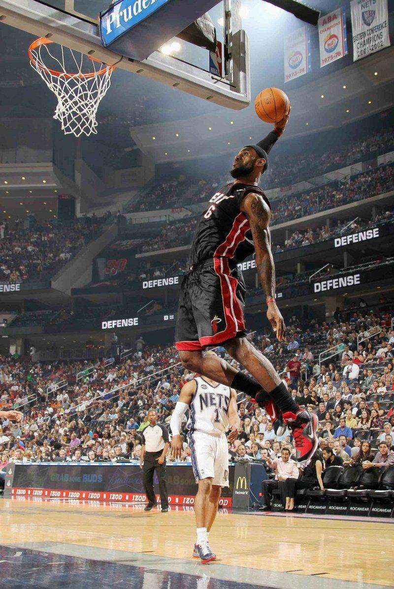 черный парень на баскетболе женщины