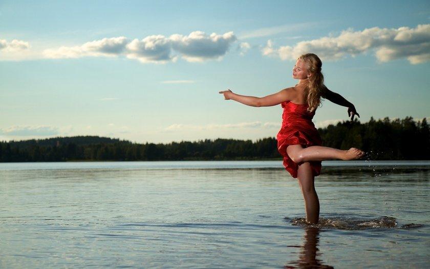 гимнастки девушки на озере фото стоя перед домом