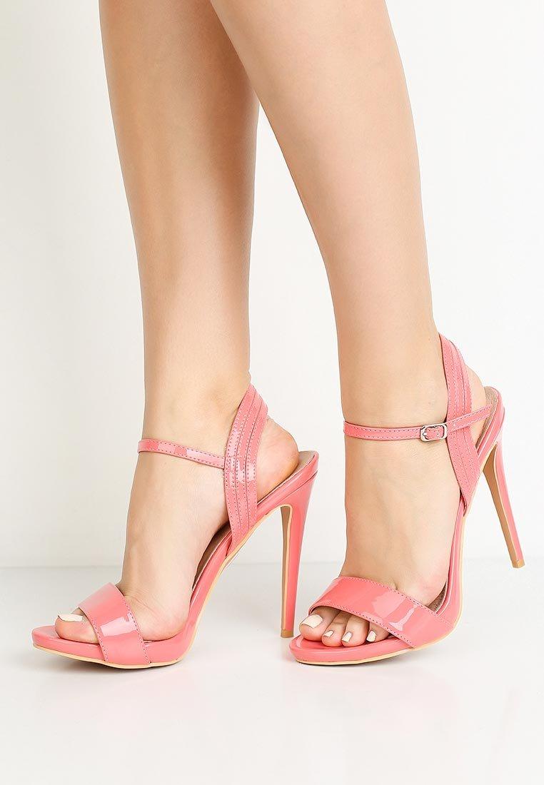 картинки босоножки на каблуке на ноге она