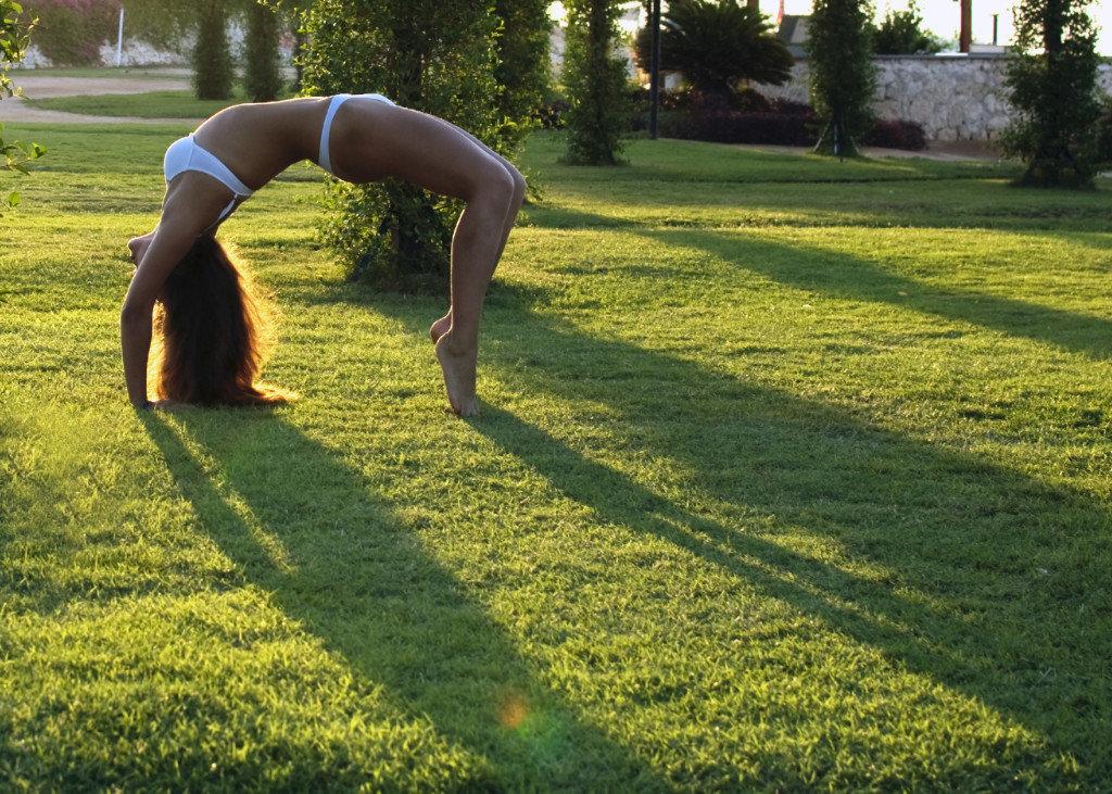 германии, гимнастка выгнулась на мостик плоском