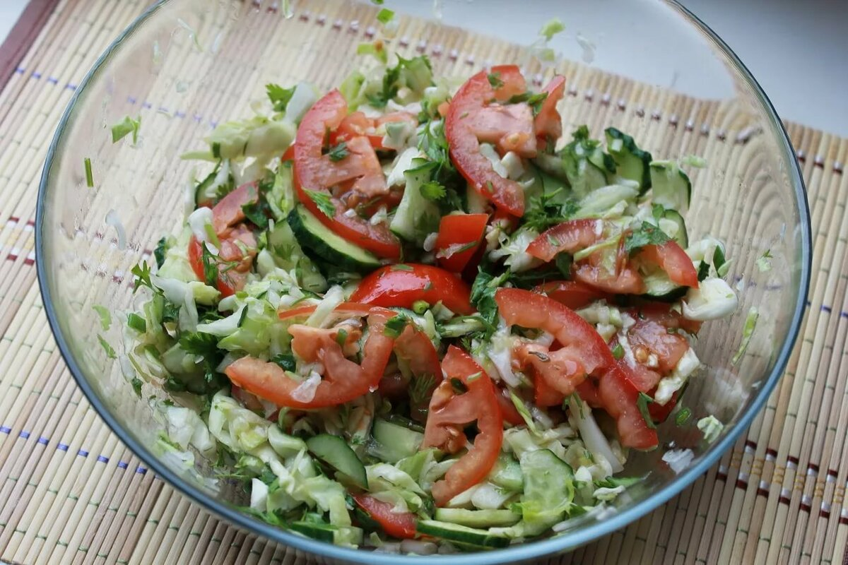 овощной салат с помидорами и огурцами фото вокруг