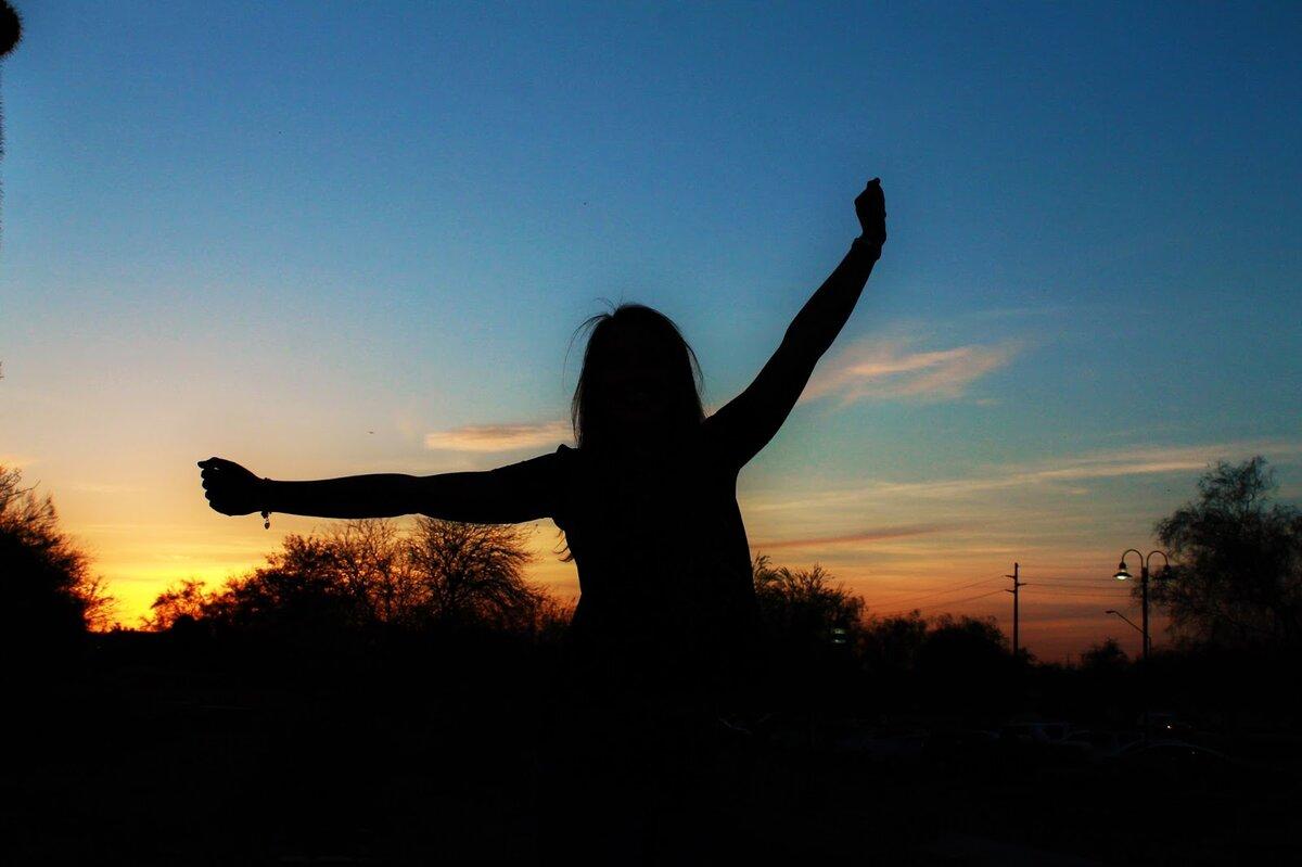 Девушка с закатом тени на аву