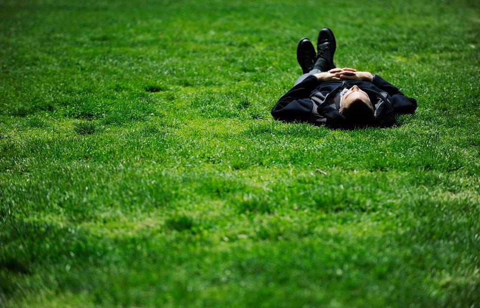 Картинка парень лежит на траве