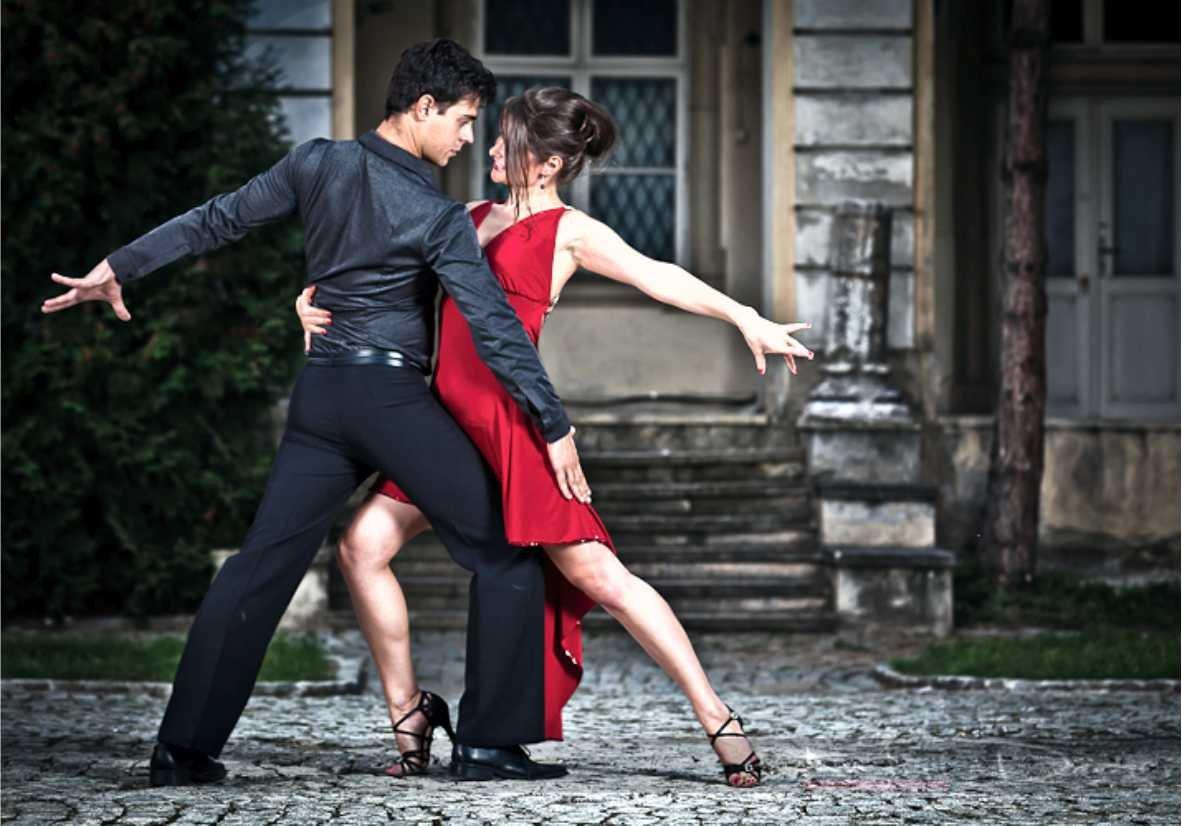 Картинки танцующих пар на красивых европейских улицах