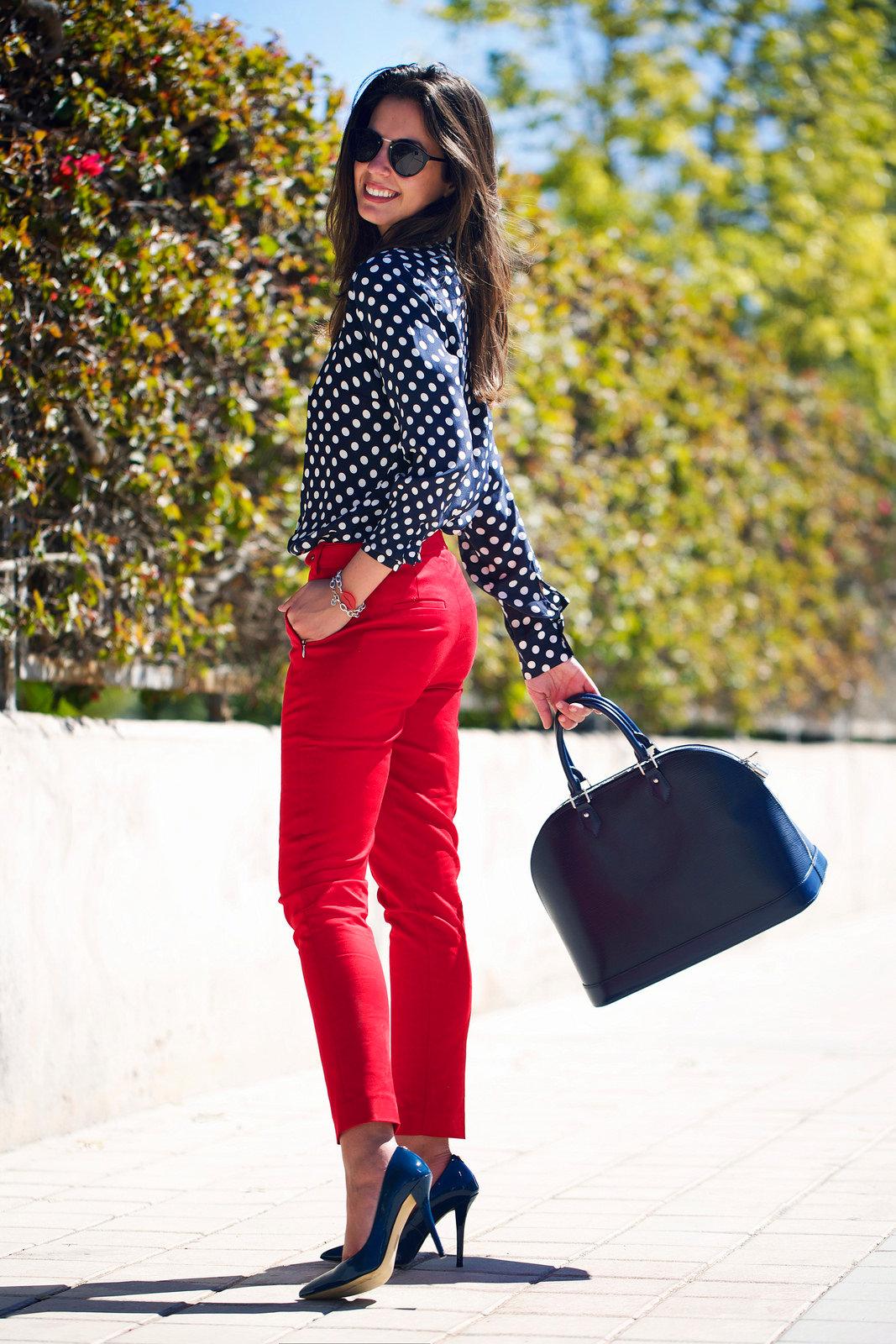 сердца с чем одевать красные брюки фото является