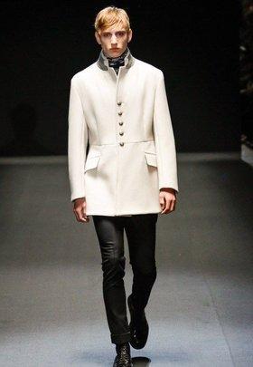 Длинное чёрное мужское пальто двубортного фасона с широким поясом от ... 21c478d74ec
