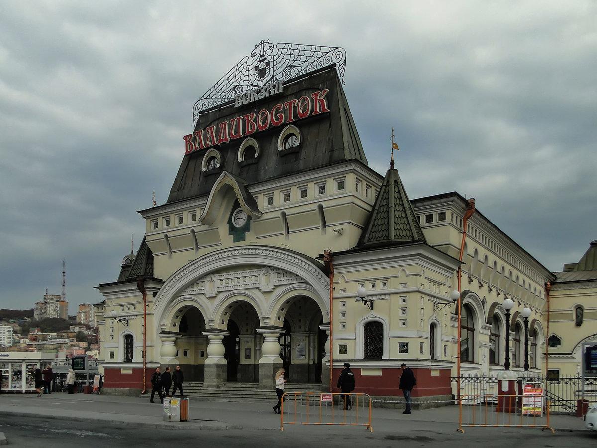 Красную ковровую дорожку выстелили на железнодорожном вокзале Владивостока в ожидании Ким Чен Ына