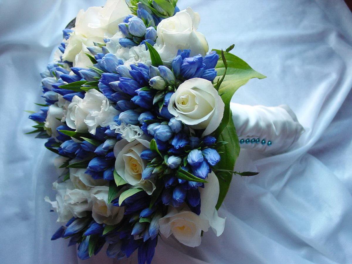 Букет из весенних цветов в бело синей гамме