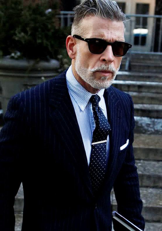 Приобретая серебряный зажим для галстука обязательно обратите внимание на то, носит ли близкий человек галстуки и как часто он это делает. Если его можно увидеть в этом атрибуте одежды исключительно по праздникам, то тогда стоит обратить внимание на другие идеи подарков. Но, если рубашка – это его повседневная одежда, тогда заколка будет прекрасным дополнением и намеком на восхищение его утонченной натурой и чувством стиля