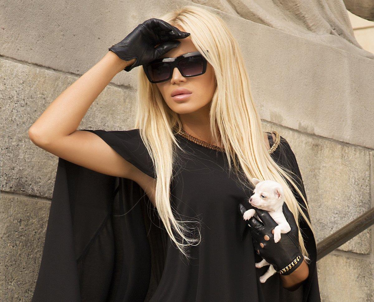 использовать блондинка в черных очках и в черной одежде рыжие волосы были