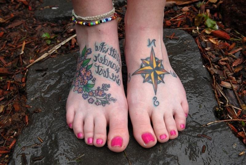 Цветная тату на ногах