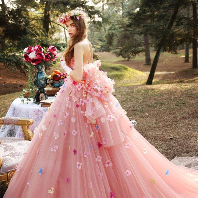 На модных показах были подвенечные наряды светло-голубых, бирюзовых и розовых цветов...