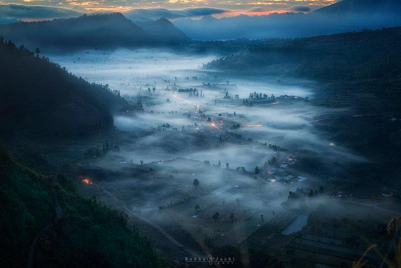 неописуемый туман внизу весь мир