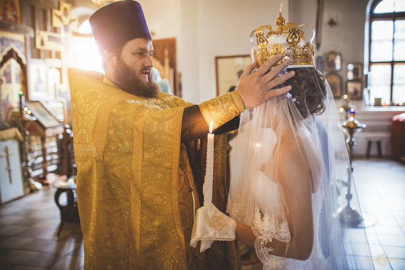 Надевание венца на голову невесты