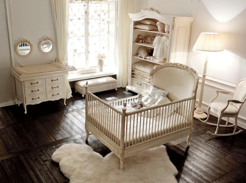 Детская оформлена в молочно-белом цвете. Такое решение позволит создать максимально безопасное и и спокойное пространство для малыша.