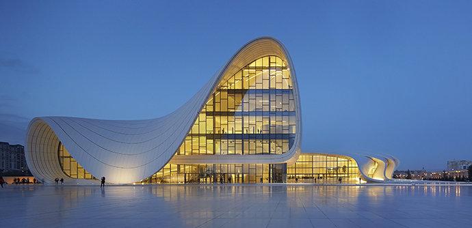 Земля будущего: топ-15 самых футуристических зданий мира ... Не узнать автора в здании невозможно. С одной стороны, это типичная Хадид,  с другой — в азербайджанской столице она представлена в лучшей своей форме.