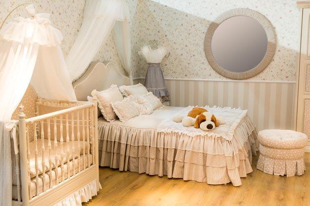Младенцу требуется круглосуточное внимание и обеспечить его проще всего, если мама и малыш всегда будут рядом. Но для этого недостаточно просто поставить колыбель в комнату – дизайн спальни с детской кроваткой должен быть хорошо продуман.