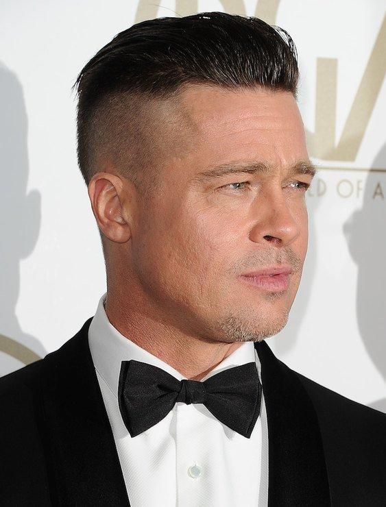 Волосы стригутся коротко по бокам, в то время как центральная часть от лба к затылку остаётся длинной.