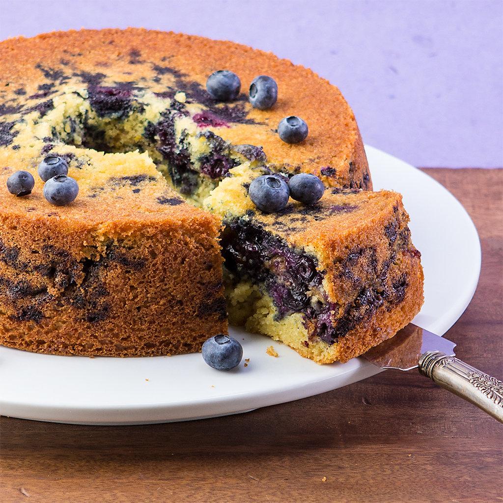 На самом деле рецепт настолько прост, что вы сами удивитесь и не заметите, как пирог с черникой станет главным пирогом каждого вашего лета.