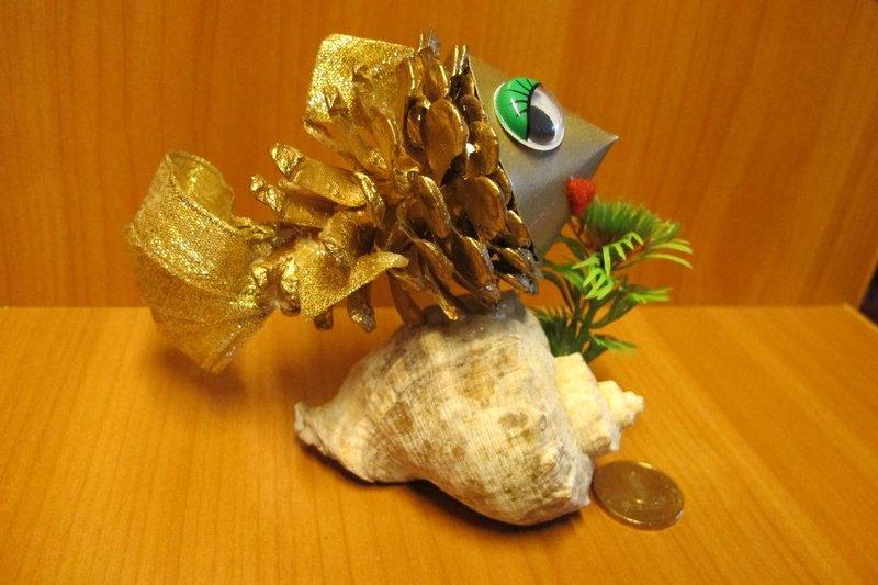Поделки из шишек. Золотая рыбка. Мастер класс с фото