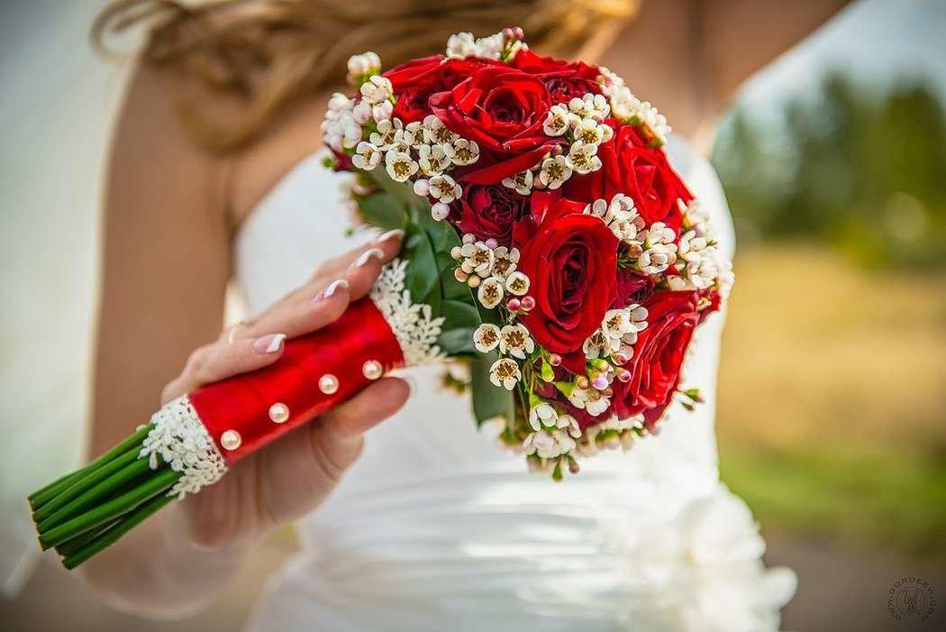 Букет невесты из красных цветов фото