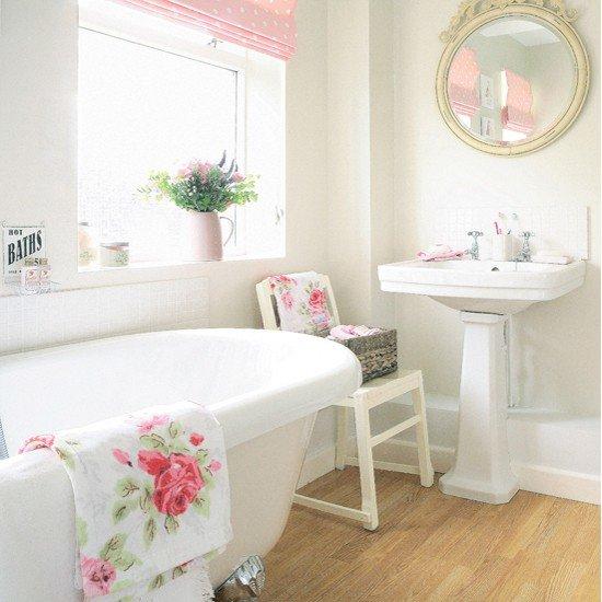 Шебби шик вносит в интерьер  ванной комнаты романтичное и уютное настроение, а легкая небрежность смотрится очень нежно и изысканно.