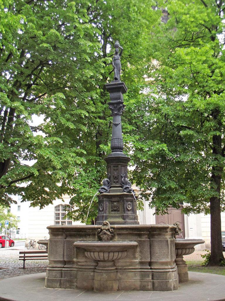 Фонтан Ребекки. Он был сооружён в 1864 году, в 1952 году скульптура пропала и была восстановлена только в 1994 году.