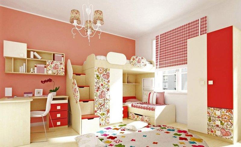 Яркий дизайн комнаты для детей разного возраста с помощью разделения зон.