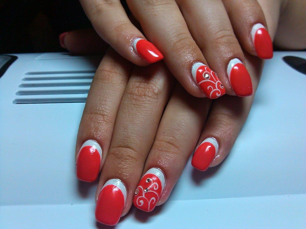 Наносить покрытие на ногти нужно очень аккуратно.