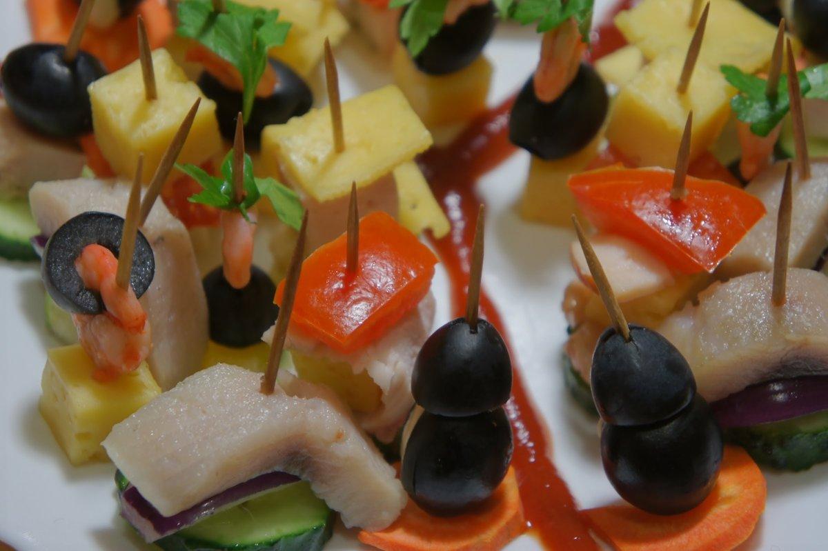 Сегодня рассмотрим с вами одни из самых распространенных рецептов канапе.
