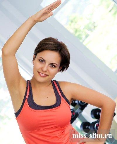 В переводе с английского шейпинг – это обретение формы, то есть формы тела. Придя на тренировку, Вы поймете смысл названия полностью – упражнения «проработают» все части тела, в том числе и самые «проблемные зоны» и «неподатливые»! Занятие шейпингом для похудения строится по традиционной для тренировок схеме – разминка, основная часть и растяжка. Основная часть – это упражнения, которые делаются по 1 подходу, но количество повторений может достигать 50-60 за один раз. На каждую группу мышц приходится не менее 4-5 упражнений, потом следует растяжка, и переход к другой части тела. Отдыха между подходами не предусмотрено (кроме растяжки), благодаря чему осуществляется аэробная нагрузка – идет расщепление жиров, тренировка сердечно-сосудистой системы. Занятие шейпингом длится от 45 минут до часа в зависимости от подготовленности.