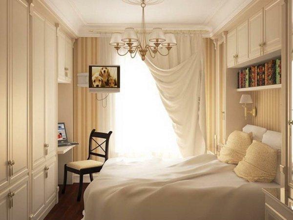 Классическая спальня с полосатыми стенами
